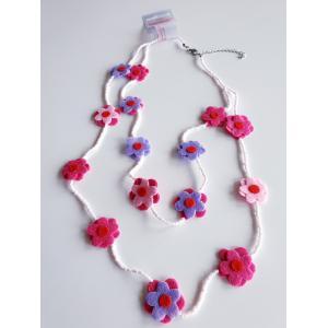 Halsband med pärlor och filtblommor